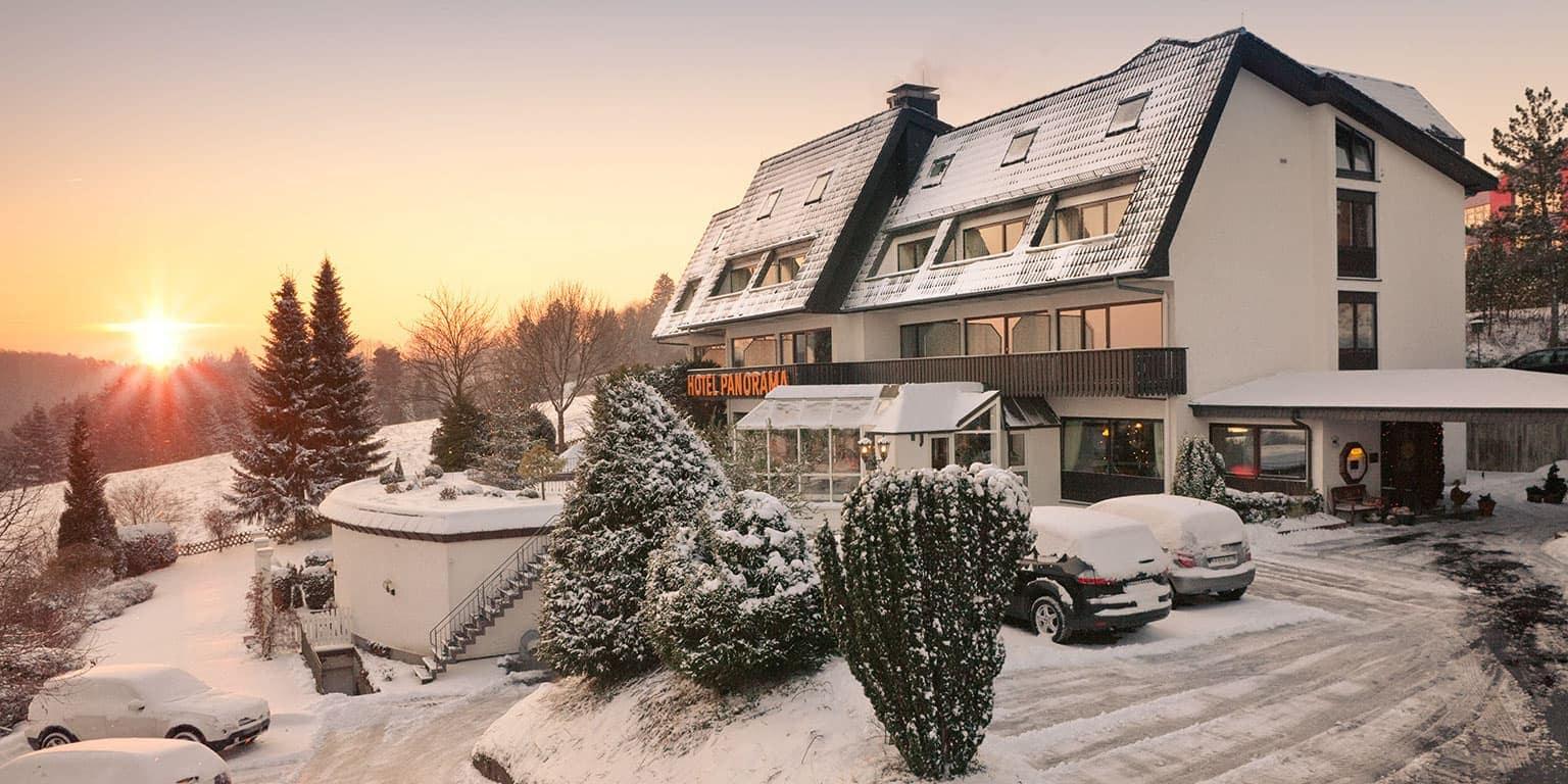 Winter in der Eifel - das Hotel in Schnee gehüllt.